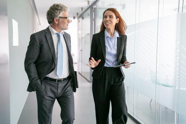 professionnels parlant à des clients